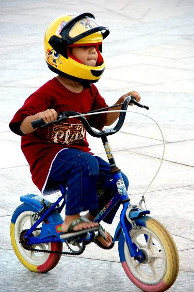 400px-Little_boy_without_training_wheels_with_helmet_and_sandals
