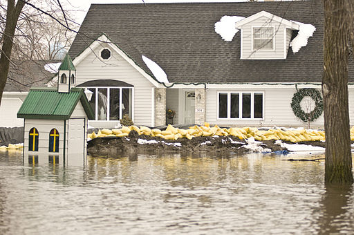 512px-FEMA_-_40371_-_Home_protected_from_flood_waters_by_sand_bags_in_Minnesota